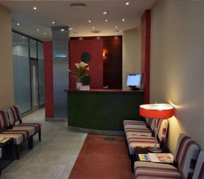 Sala de espera y recepción Clínica Ortodoncia Pedro Vázquez